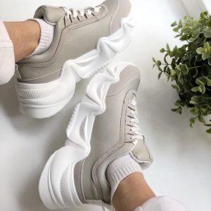 Серые кроссовки на толстой подошве